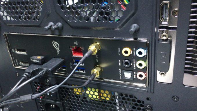 パソコンのバックパネル側の空いたコネクターカバー