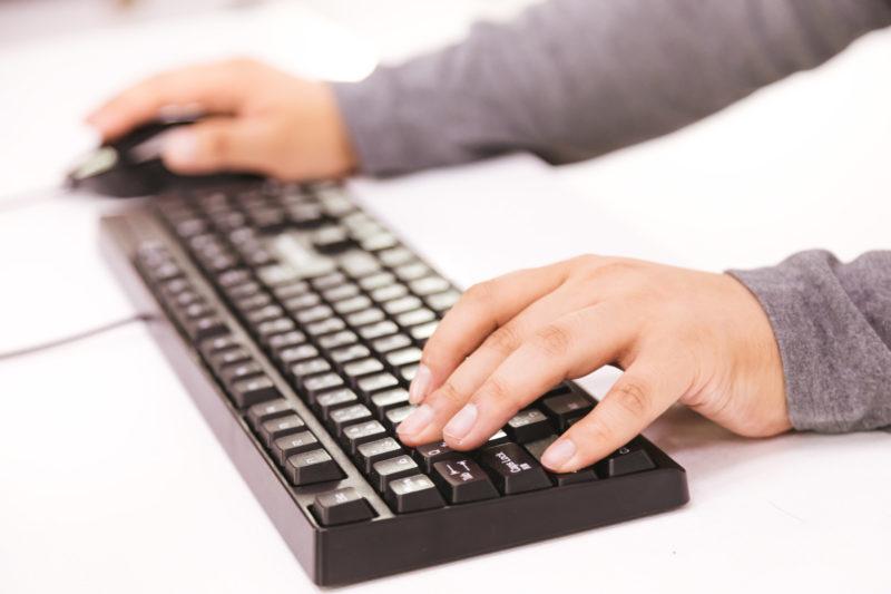エルゴノミクスキーボードで疲労軽減!おすすめの5選。パソコン作業の効率アップにも!