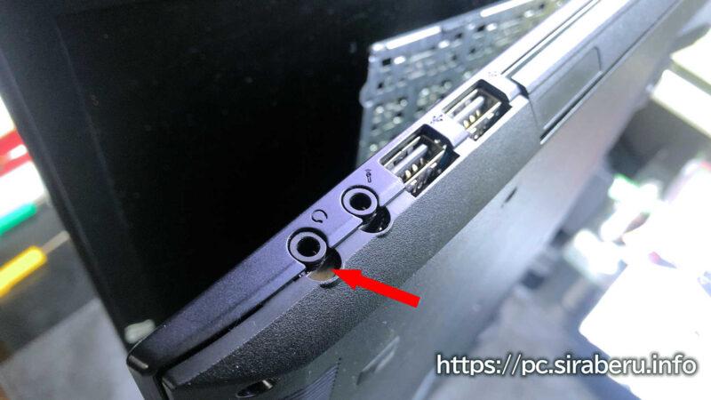 ノートPC側面からゆっくりと底面(裏蓋)を剥がしていく