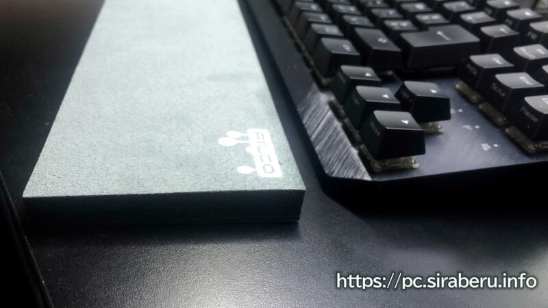 「Majestouch リストレスト マカロン」をキーボードと並べて横から見た