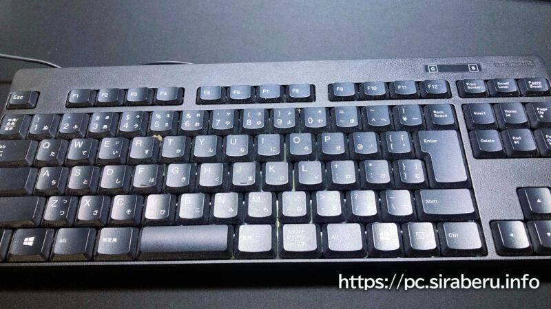 スライムで掃除する前のゴミやホコリまみれのキーボード
