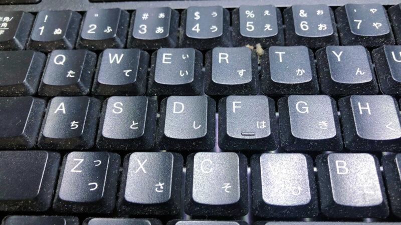 ホコリやゴミが溜まったキーボード